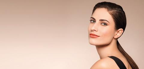 Mujer maquillada con productos natura una