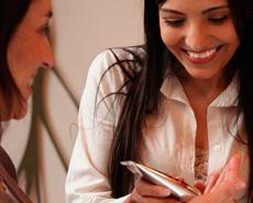 Consultora hablando con una clienta mostrandole un producto