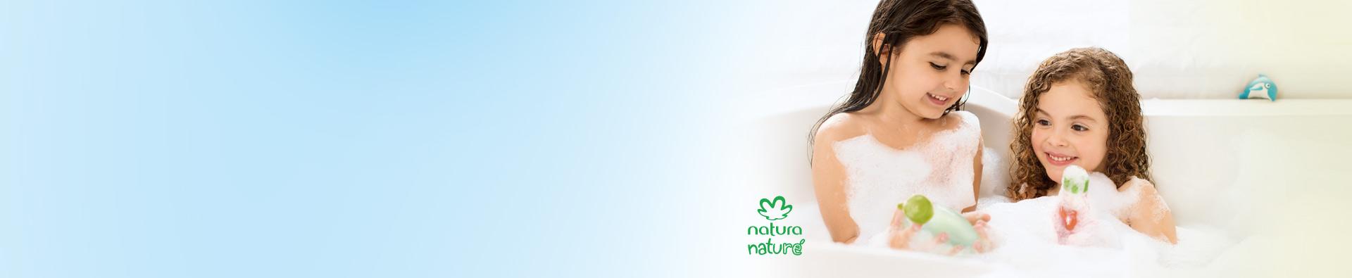 Niñas sonriendo y tomando un baño con productos Natura naturé