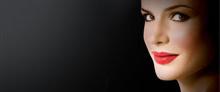 Mujer maquillada sonriendo