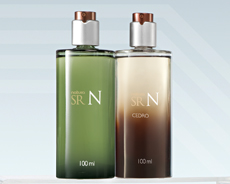 Perfumes Sr N presentados sobre una base recta
