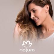 mujer sonriendo tocándose el cabello