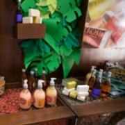 Varios Productos Natura Ekos sobre un repisa