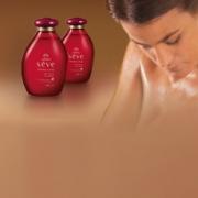 Sève Óleo corporal almendras y cereza  y mujer duchandose pasandose producto sobre la piel