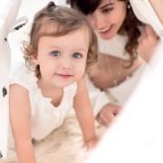 imagen madre e hija, jungando