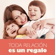mujer abranzando y sonriendo con sus hijos