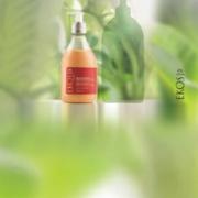 Producto Ekos y la sombra de su repuesto Ekos, de fondo hojas verdes