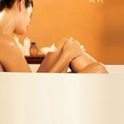 Mujer en bañadera aplicandose productos Natura