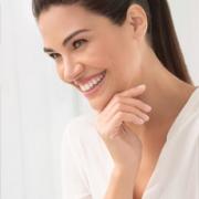 Mujer sonreindo en un ambiente muy iluminado