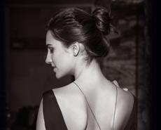 mujer muy sensual, con un vestido descubierto en la espalda