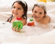 Niñas sonriendo en la bañera con productos naturé