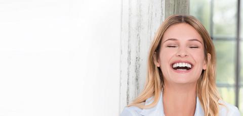 Mujer rubia sonriendo